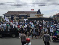 Ratusan Massa Datangi Mapolres Sumedang, Minta HRS Dibebaskan Tanpa Syarat