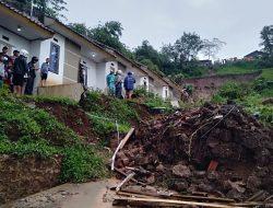 Longsor di Cimanggung, 14 Rumah Rusak Berat dan 12 Orang Masih dalam Pencarian