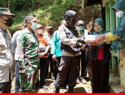 Kapolres Salurkan Bantuan Sembako pada Koban Bencana Alam di Sumedang selatan