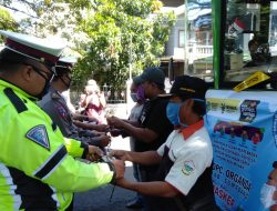 Operasi Patuh Lodaya 2021, Polres Sumedang Bagi-bagi Masker dan Himbauan Prokes ke Pengendara