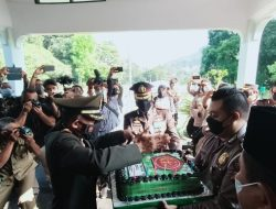 Peringati HUT ke-76 TNI, Kapolres Sumedang Berikan Kue dan Tumpeng di Kodim 0610 Sumedang